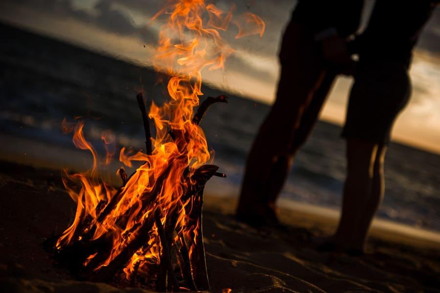 Séance couple au feu de camp sur la plage seance-couple-plage_photographe-mariage-nantes-bretagne-27